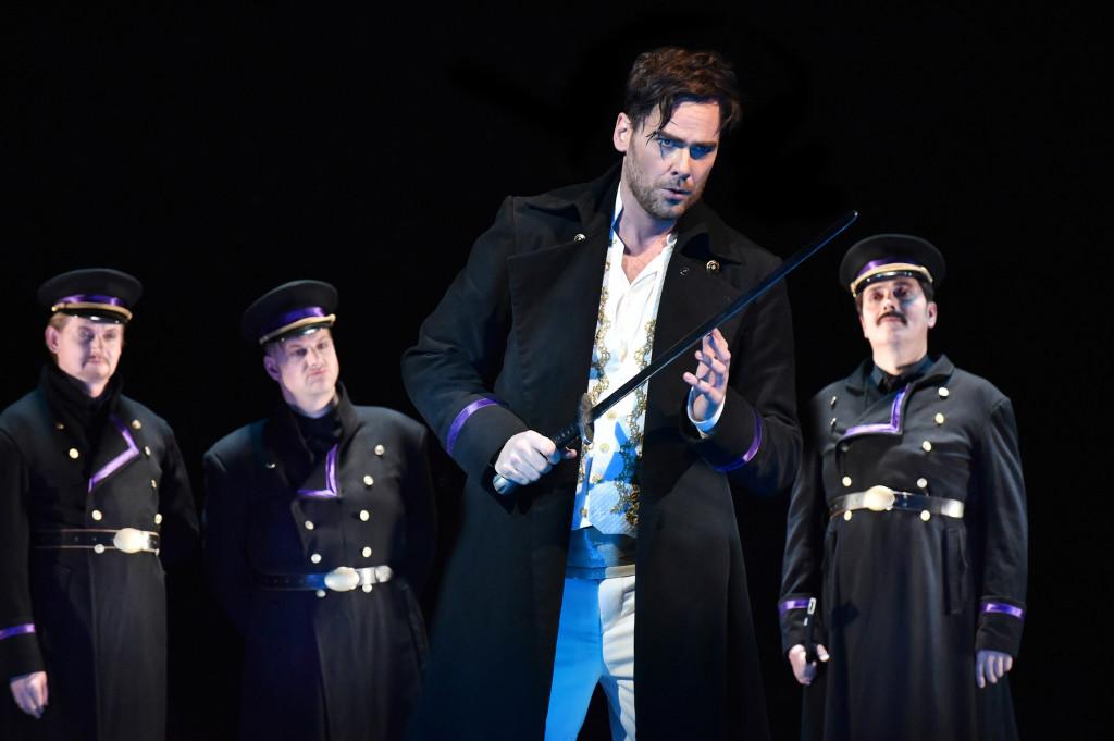 8JPG Fernand (Alexander Geller) zum Hauptmann gekürt, wird sein Schwert gegen die Mauren erheben.und somit um seine Liebe kãmpfen .   Er kehrt siegreich aus der Schlacht zurück und hat beim Kõng einen Wunsch frei,  Aus Rache gewãhrt ihm der Kõnig den Wunsch, die Unbekannte zu heiraten Oper von Gaetano Donizetti im Vordergrund: Alexander Geller (Fernand) sowie Herren des Opernchores © Marlies Kross